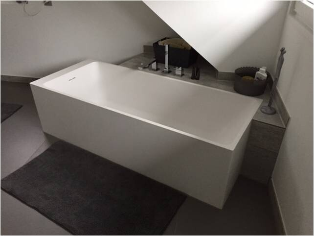 Freistehende Mineralguss Badewanne Angularo aus Solid Surface in Glan